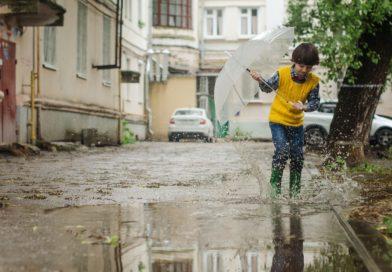 Spacer z dzieckiem w deszczowy dzień